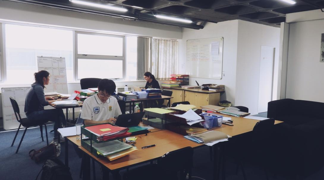 南アフリカ共和国の人権オフィスでリサーチ中の日本人インターン